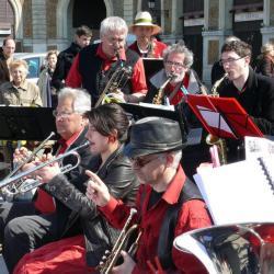 Les trompettes devant...